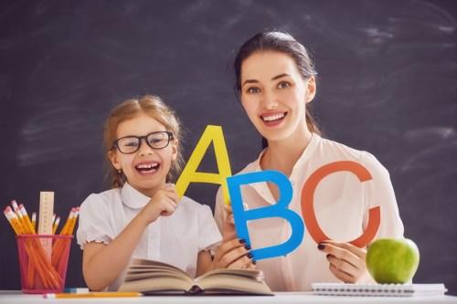 девочка и учитель, на фоне школьной доски, изучение английского, урок английского языка