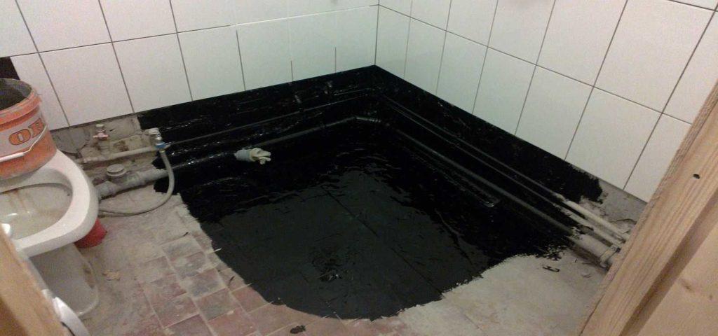 Piso con sus propias manos en el baño: comience con impermeabilización