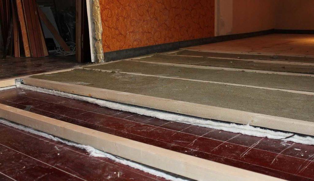 Cuando está cansado de ruido, es mejor hacer pisos en los retrasos con una buena protección de ruido.
