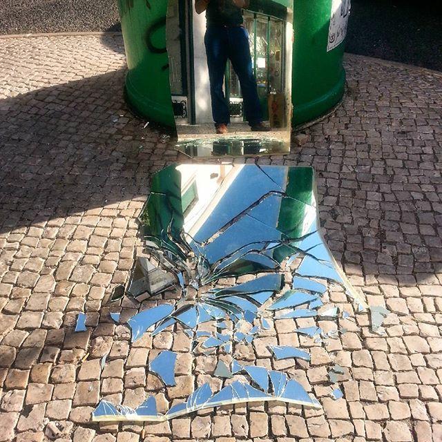 Things fall apart. // #Lisboa // http://ift.tt/1Mc8ef4