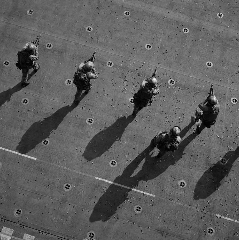 Remembering #PeterMarlow (1952 - 2016): The elite Marine Corps specialized platoon of 'Force Recon.' US Navy during the #BalkansWar on the USS Kearsarge in #Italy. 1999. @Peter_Marlow/#MagnumPhotos. by magnumphotos http://ift.tt/1KQm5Ma