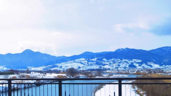 長野県千曲市姨捨の棚田田毎の月雪景色冠着山