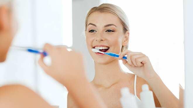 Nên đánh răng sau khi ăn để hạn chế thèm ăn