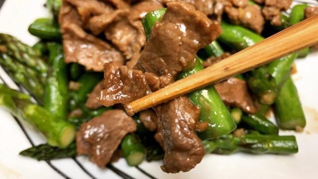 Món măng tây sốt thịt trong thực đơn Keto giảm cân cấp tốc