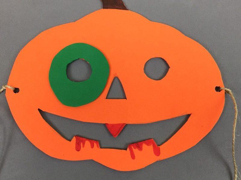 Adornos y disfraces para Halloween. Patito entrañable y máscaras grotescas