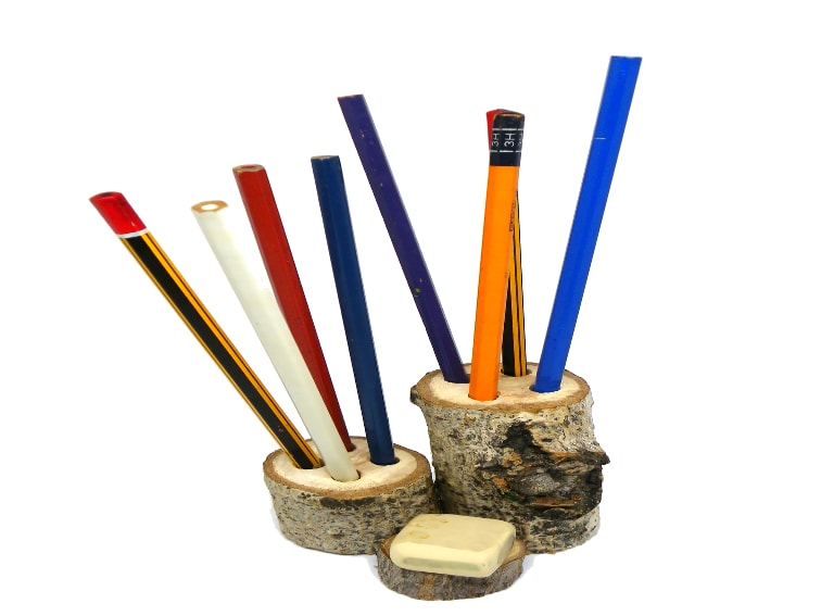 portalapiceros rustico hecho con tocones de madera para colocar en el escritorio