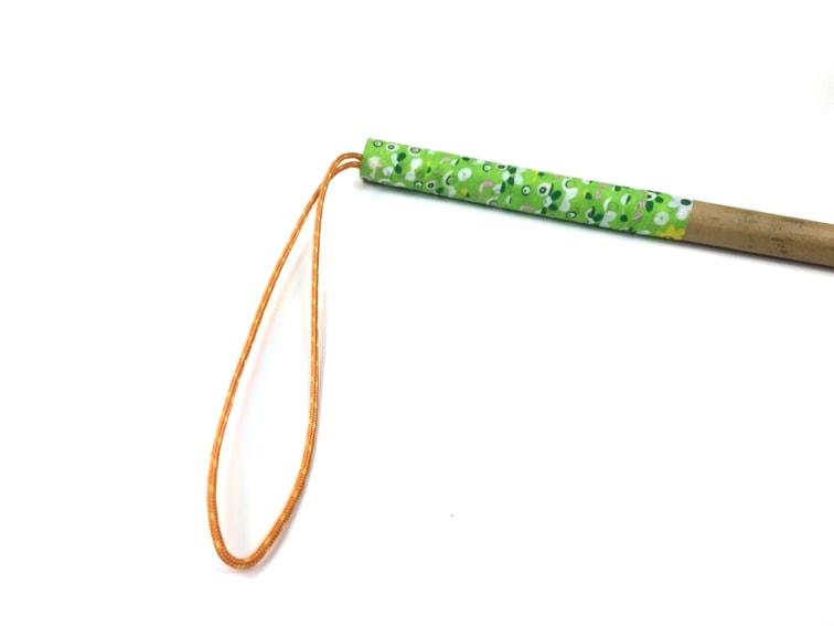 dragonera para baston de senderismo hecho con una caña de bambu