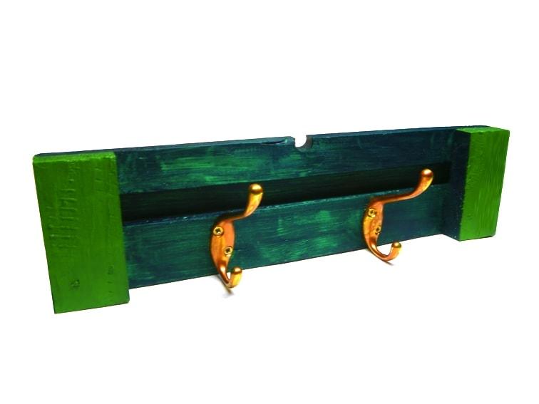 ¿Cómo aprovechar la madera y la forma de un palé para hacer un perchero de pared?