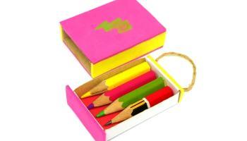 estuche llavero abierto con pequeños lapiceros de colores