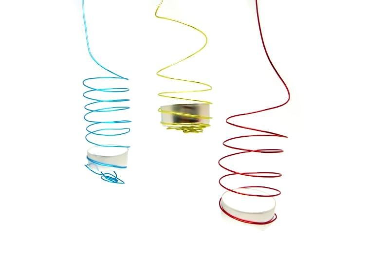 Porta velas colgante hecho con alambre para manualidades de colores