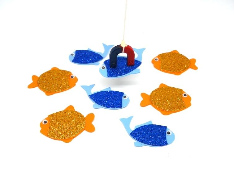 ¿Cómo hacer un set de juego de pesca con peces de colores y una caña de pescar imantada?