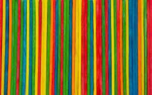cabecera hecha con palos de colores
