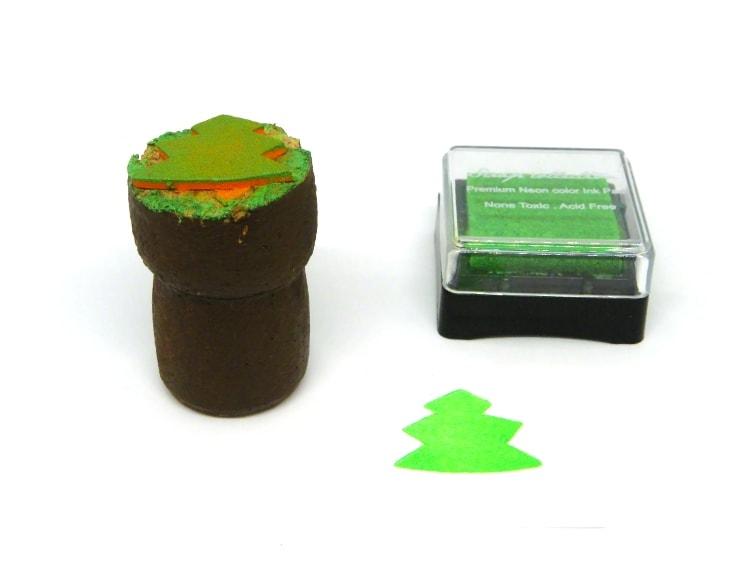 sello para estampar hecho con un tapon de corcho y goma eva con forma de arbol de navidad