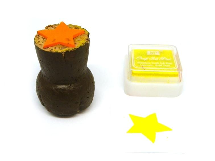 sello para estampar hecho con un tapon de corcho y goma eva con forma de estrella