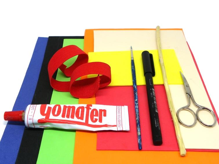 goma eva de colores, elastico, tijera, palo, pegamento de contacto, rotulador y pincel para hacer mascara de batman y onomatopeya