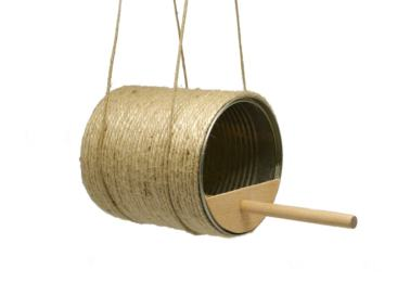 comedero para pajaros hecho con una lata de metal, cuerda de yute y madera