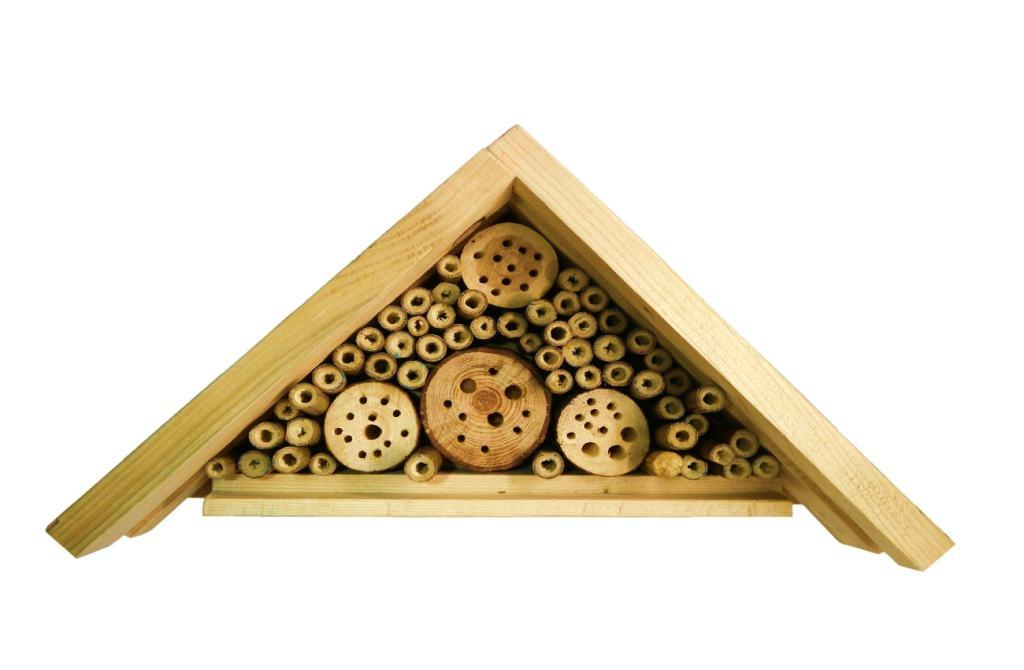 hotel para insectos beneficiosos hecho con listones de madera y caña de bambu