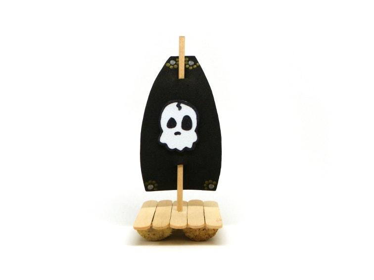 barco pirata de juguete hecho con tapon de corcho,palos planos y goma eva de colores