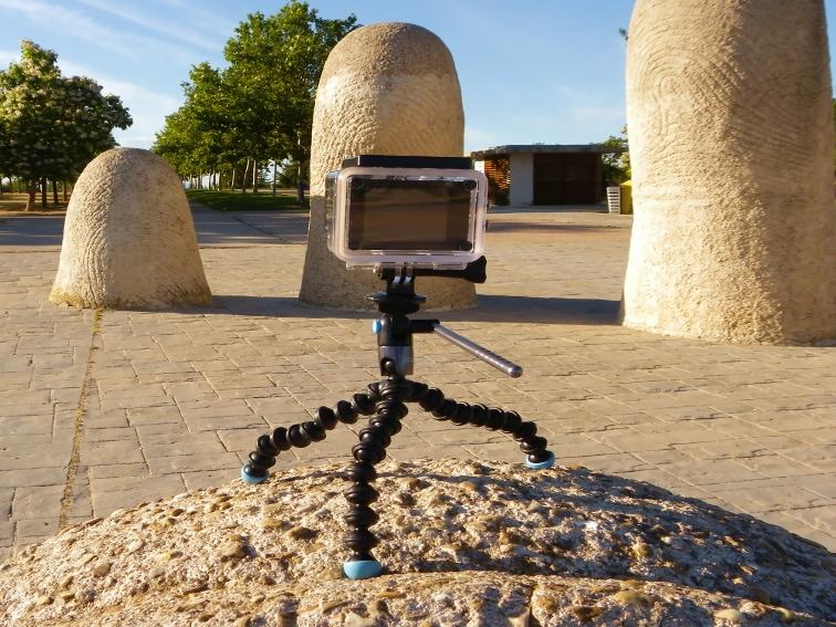 tripode joby griptight gorillapod video magnetico sobre una estatua