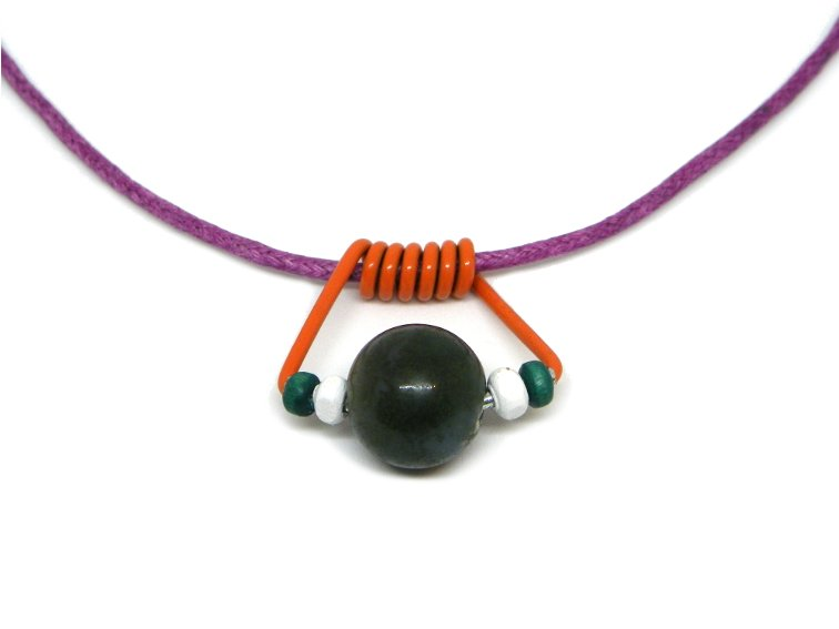 colgante hecho con un clip de muelle de una pinza, cuentas y abalorios de colores y un cordon de color