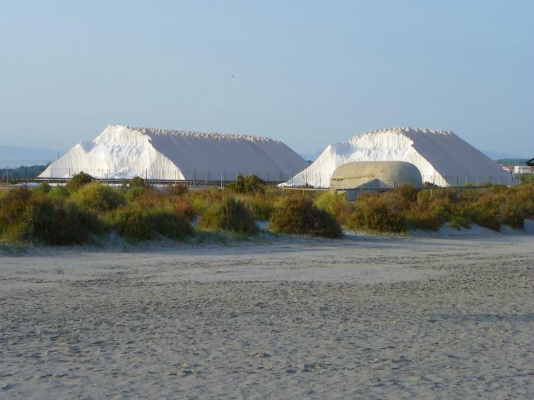 montañas de sal y nido de ametralladoras en la zona del tamarit santa pola