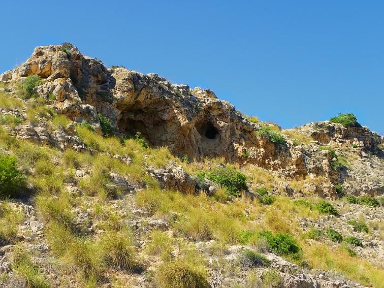 vista de un pico con cueva y concavidad en el barranco de la tia amalia sierra de santa pola