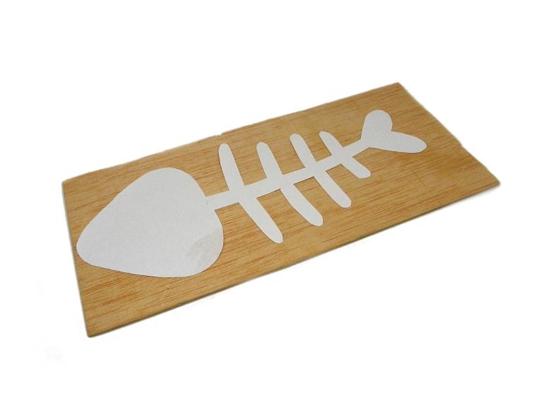 plantilla de la raspa de un pez y plancha de madera para marqueteria para hacer portavelas