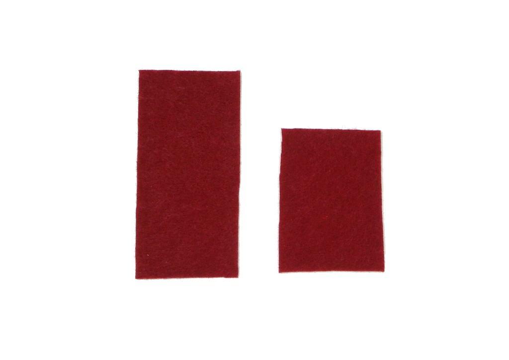 dos trozos de fieltro de color rojo carmesi para hacer porta cubietos navideño