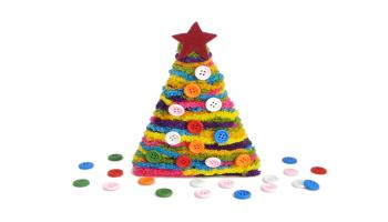 arbol de navidad hecho con palos redondos, lana de colores, botones para decorar y fieltro