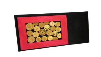 tablon de notas hecho con rodajas de corcho un marco de madera tabla contrachapada y pinturas