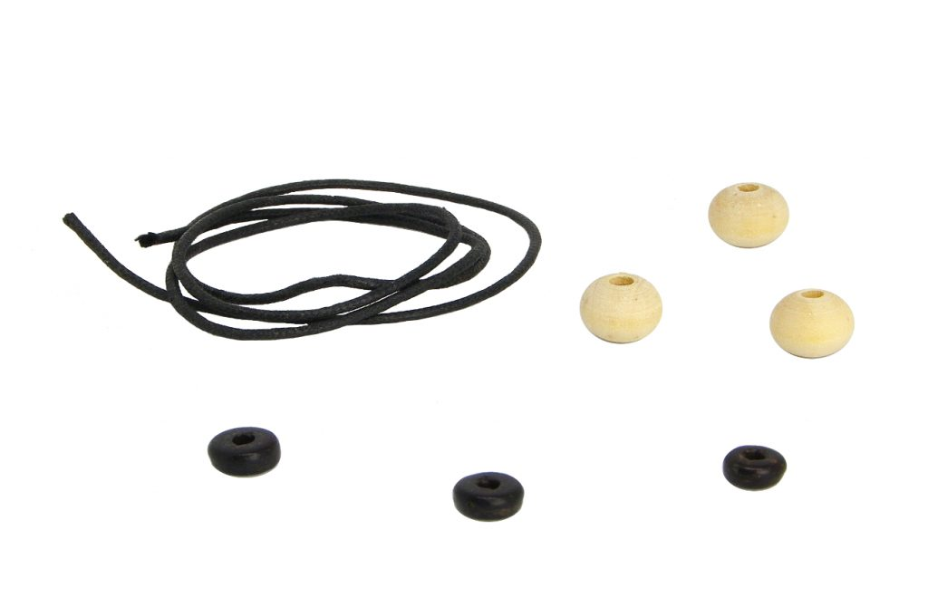 cordon negro y diferentes cuentas espaciadoras