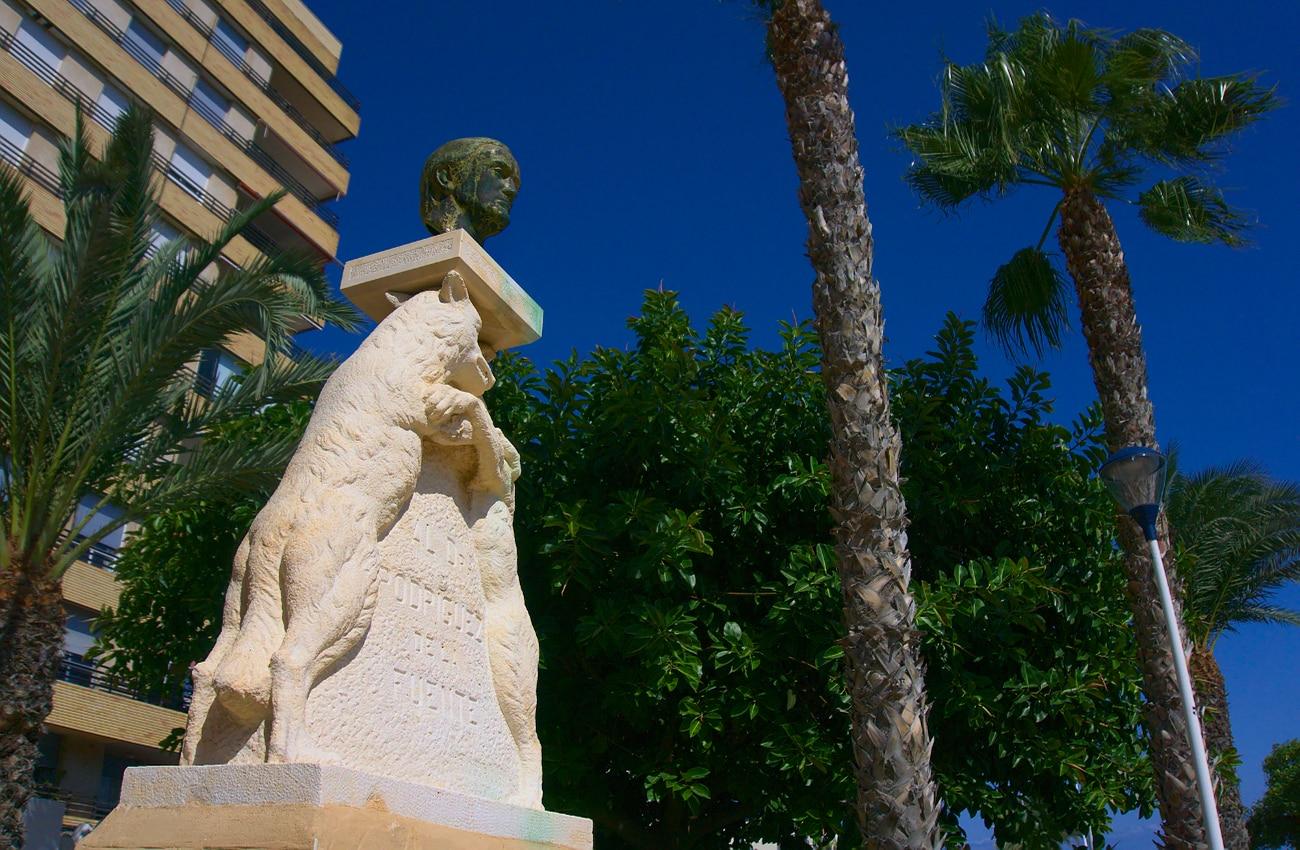 busto del dr felix rodriguez de la fuente en santa pola