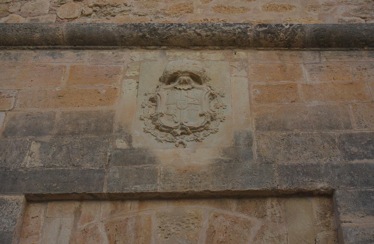 escudo en piedra en la fachada del castillo fortaleza de santa pola