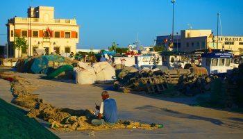 pescador trabajando en el puerto de santa pola