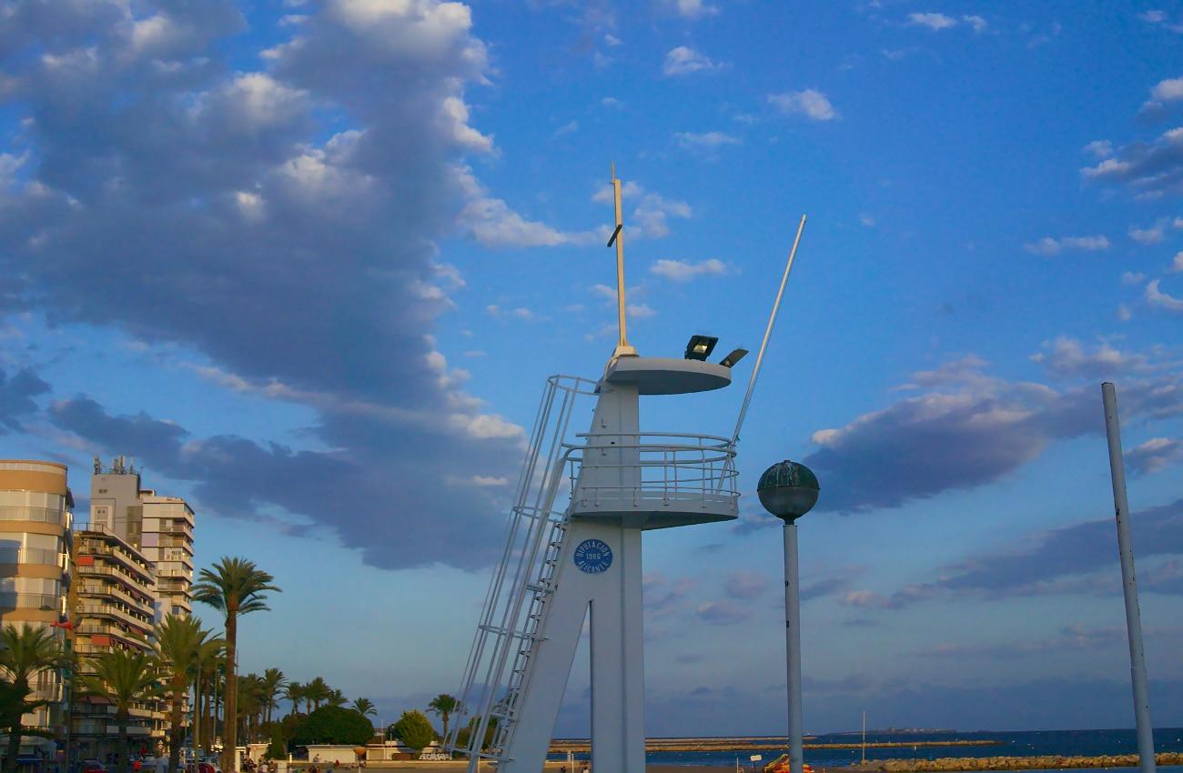 torre vigia y playa de levante en santa pola