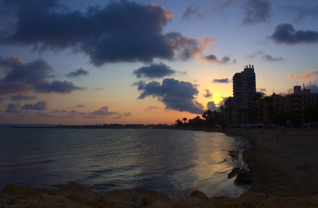 vista del atardecer desde un espigon en la playa de levante santa pola