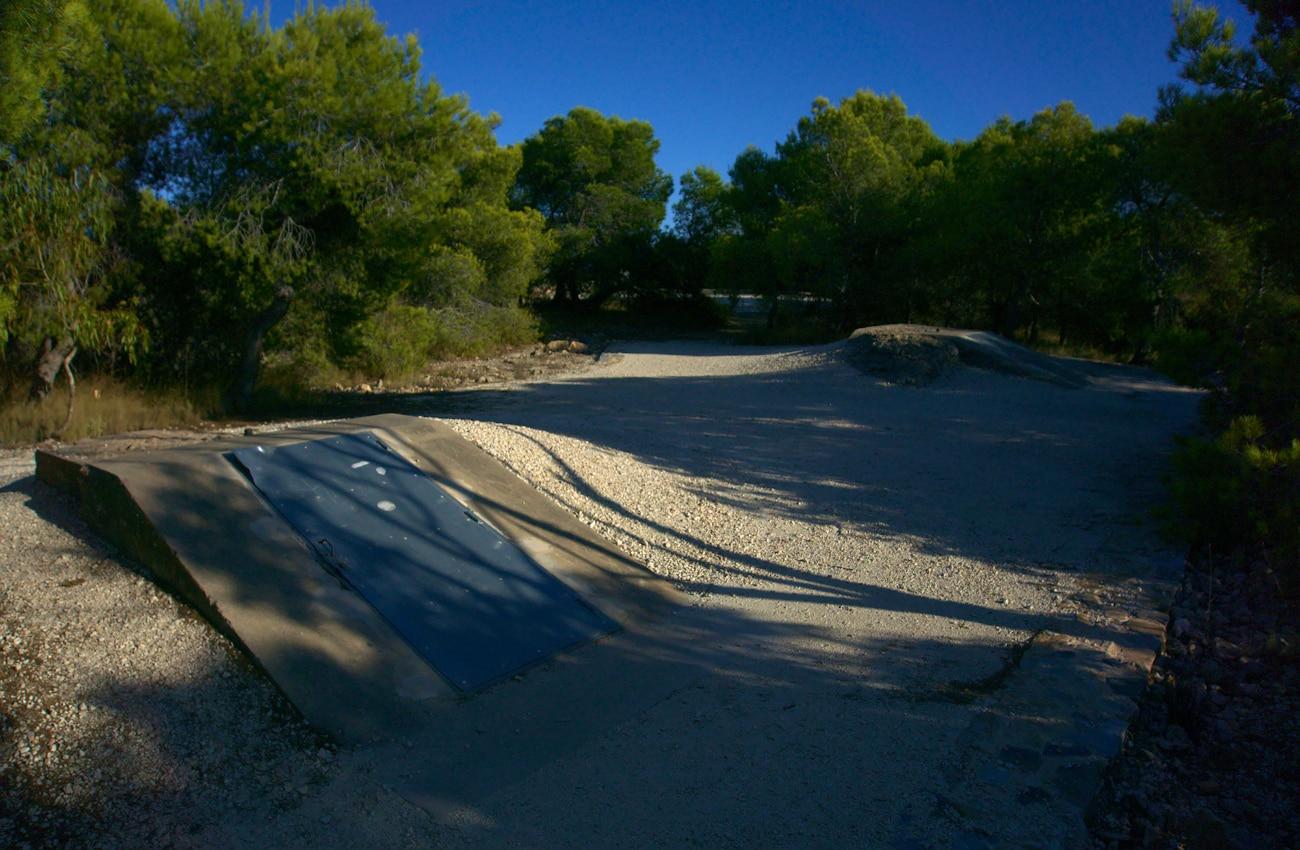 accesos a los tuneles que comunican las estructuras militares de la guerra civil española situado en la sierra de santa pola