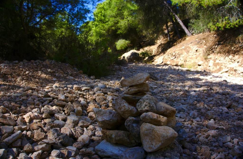 hito de piedras que marca el camino por el barranco de paco mañaco santa pola