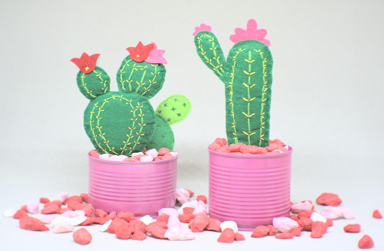 macetas con cactus hechos con fieltro de colores