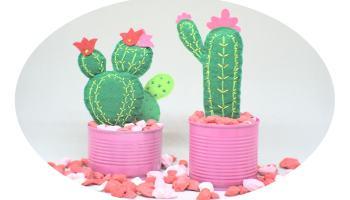 macetas con cactus hechos con laminas de fieltro de colores