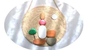 cuadro hecho con piedras planas y cuerda de yute