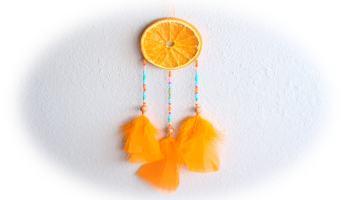 atrapasueños hecho con rodajas de naranja y plumas de colores