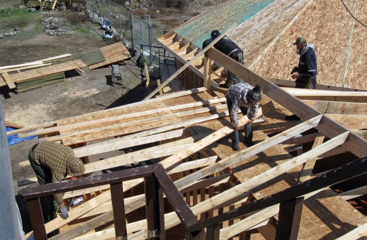 Putting the new timber frame lounge up at Seal River Heritage Lodge. Elaine Friesen photo.