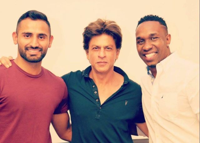 Shah Rukh Khan, Dwayne Bravo & Seekkuge Prasanna does the Lungi Dance from Chennai ExpressShah Rukh Khan, Dwayne Bravo & Seekkuge Prasanna does the Lungi Dance from Chennai Express