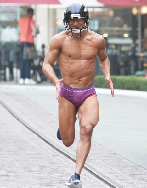 Mario-Lopez-streaks-in-underwear-after-losing-Super-Bowl-bet-Video-06-2013-02-06