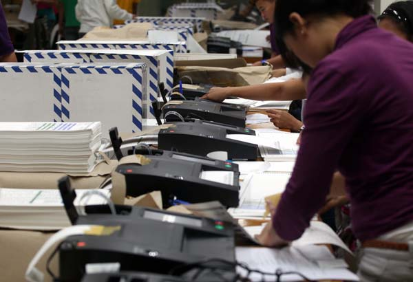 Workers of the National Printing Office (NPO) and COMELEC start validating the Official ballots thru the PICOS Machine for the coming local election at the NPO Office in Quezon City??.photo/boy santos