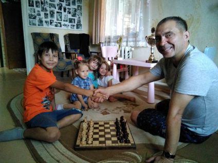 Михаил Мельник играет с Женей, правнуком Самуила Дмитриевича