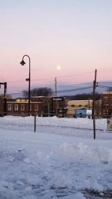 vầng trăng treo ở một sân ga phủ đầy tuyết