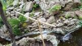 Ngày xưa người ta dẫn nước suối từ trên nguồn về làng bằng ống tre ống nứa.