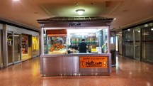 gian hàng bán các loại đậu và bắp rang bên trong Penn Station